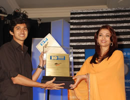 Srinivas Sunderrajan receiving award from Aishwarya Rai
